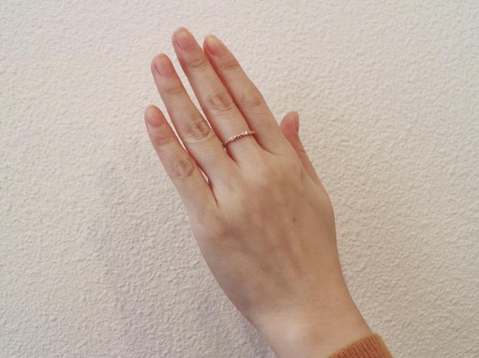 指輪をはめているキレイな写真